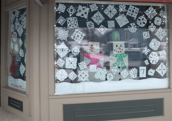 Students Participate In Holiday Decorating Contest